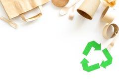Symbol und unterschiedlichen Abfall oben aufbereiten, Papiertüte, Schale, Besteck für Ökologie auf weißem Draufsichtspott des Hin stockfotografie
