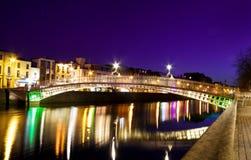 Symbol von Dublin - die Halfpenny-Brücke Lizenzfreie Stockfotografie