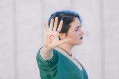Symbol von Frauenfeminismus lokalisiert auf einer Hand eines Jugendlichen Lizenzfreie Stockfotos