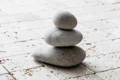 Symbol von Mindfulness, von Balance und von Meditation über Kalkstein, Kopienraum Stockfotos