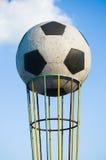 Symbol wielka piłka blisko stadionu futbolowego na ulepszać out Obraz Royalty Free