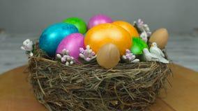 Symbol wielkanocy farbujący i malujący barwioni jajka jest w gniazdeczku, pojęciu Rezurekcyjna Niedziela lub Chrześcijańskiej ucz zbiory