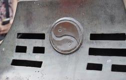 Symbol Yin und Yangs geschnitzt auf Metall im Hof von Himmelstempel-Standort in Peking lizenzfreie stockbilder