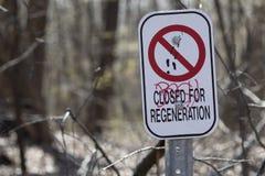 Symbol-Zeichen-Warnungen erbringen rechteckigen Forest Path Closed f?r Regeneration stockfoto