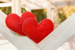 Symbole abstrait de fond de jour de valentines Concept de deux coeurs de l'amour Image stock