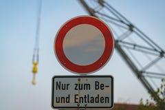 Symbole : Aucun véhicules, texte : Seulement pour charger et décharger Germa photo libre de droits