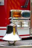 Symbole brillant d'aigle au-dessus des sapeurs-pompiers de cloche de camion photo stock