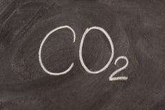 Symbole chimique pour l'anhydride carbonique sur un tableau noir photo stock