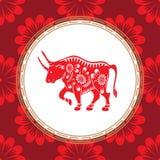 Symbole chinois de zodiaque de l'année du taureau Taureau rouge avec l'ornement blanc Le symbole de l'horoscope oriental illustration de vecteur