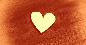 Symbole - coeur sur le fond en bois de vintage image stock