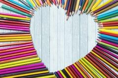 Symbole coloré de coeur formé par crayons Image stock