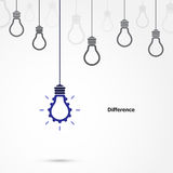 Symbole créatif d'ampoule avec le signe de vitesse et le concept de différence Images stock