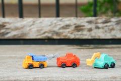 Symbole d'agriculture de transport - l'excavatrice verte, roue rouge a chargé avec le camion images stock