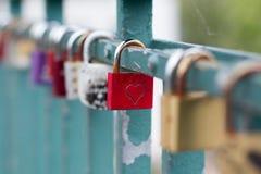 Symbole d'amour, cadenas avec le symbole de coeur Images stock