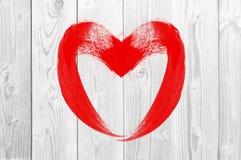 Symbole d'amour de coeur de dessin sur le mur en bois blanc Photos libres de droits