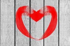 Symbole d'amour de coeur de dessin sur le mur en bois blanc Images libres de droits