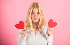 Symbole d'amour de coeur de prise de fille au-dessus de fond rose Concept de jour de Valentines Comment se sentir moins seul le j photo stock