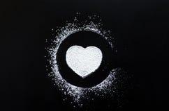 Symbole d'amour de coeur sur le tableau noir Images stock