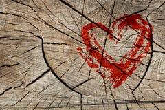 Symbole d'amour de dessin sur le mur en bois Photographie stock libre de droits