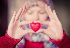 Symbole d'amour de forme de coeur chez des mains de la femme Photos libres de droits