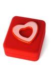 Symbole d'amour de forme de coeur sur le cadre de bijou rouge Photos stock