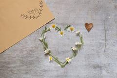 Symbole d'amour de marguerite sur le vieux fond en bois Image libre de droits
