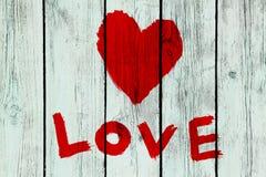 Symbole d'amour sur le vieux mur en bois Photographie stock libre de droits