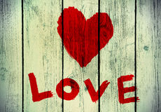 Symbole d'amour sur le vieux mur en bois Image stock