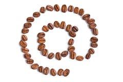Symbole d'email effectué à partir des grains de café Photos stock