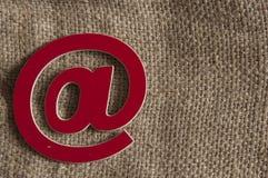 Symbole d'email sur le fond abstrait Internet, correspondance images libres de droits