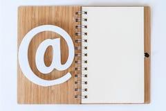 Symbole d'email sur un carnet photographie stock