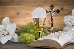 Symbole d'eucharistie du pain et vin, calice et centre serveur, première COMM. photographie stock