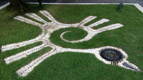 Symbole d'oiseau décoré sur la pelouse Photos stock