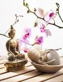 Symbole de beauté et de relaxation avec Bouddha et orchidées photos stock