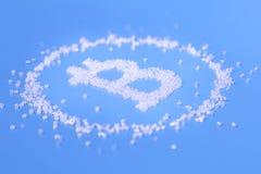 Symbole de bitcoin des perles sur un fond bleu Photographie stock