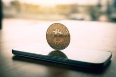 Symbole de Bitcoin sur le concept d'écran et de cryptographie de smartphone image libre de droits