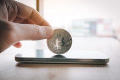Symbole de Bitcoin sur le concept d'écran et de cryptographie de smartphone photos stock