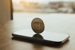 Symbole de Bitcoin sur le concept d'écran et de cryptographie de smartphone photos libres de droits