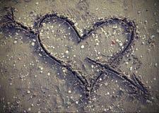 Symbole de coeur avec la flèche sur l'effet de vintage de victoire de plage Images stock