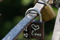 Symbole de coeur d'amour éternel sur la serrure en métal Concept romantique Joli fond de valentine Images libres de droits