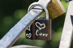 Symbole de coeur d'amour éternel sur la serrure en métal Concept romantique Joli fond de valentine Image libre de droits