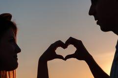 Symbole de coeur dans le coucher du soleil Photos stock