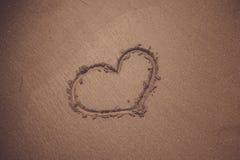 Symbole de coeur de vintage sur la plage sablonneuse Images libres de droits