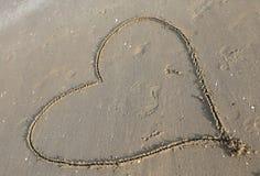 symbole de coeur dessiné sur la plage Images libres de droits