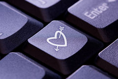 Symbole de coeur et de flèche sur la touche d'ordinateur Image libre de droits