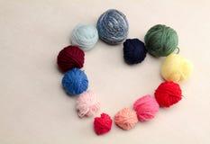 Symbole de coeur fait avec des boules de laine Images libres de droits