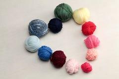 Symbole de coeur fait avec des boules de laine Photos libres de droits