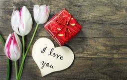 Symbole de coeur de l'amour et des tulipes sur un fond en bois Inscription je t'aime Copiez les espaces Photographie stock libre de droits