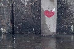 Symbole de coeur peint sur un mur grunge Image stock