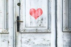 Symbole de coeur sur la porte en bois âgée Images stock